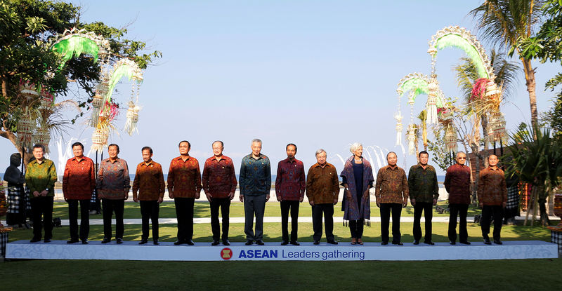 © Reuters. Southeast Asian leaders pose for family photo during ASEAN Leaders Gathering sideline of International Monetary Fund and World Bank Annual Meeting 2018 in Nusa Dua