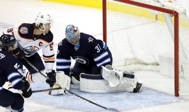 © Reuters. NHL: Edmonton Oilers at Winnipeg Jets