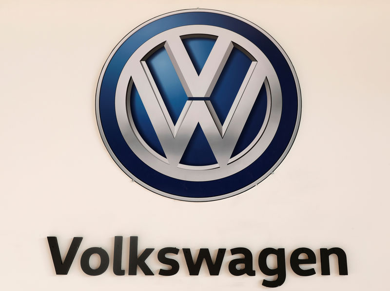 © Reuters. FILE PHOTO - A Volkswagen logo is pictured at the International Auto Show in Mexico City