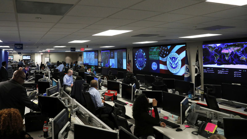 © Reuters. U.S. Department of Homeland Security election security workers monitor screens in the DHS National Cybersecurity and Communications Integration Center (NCCIC) in Arlington, Virginia