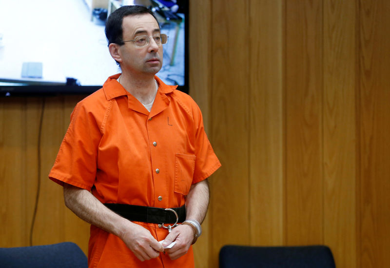 © Reuters. Larry Nassar, a former team USA Gymnastics doctor who pleaded guilty in November 2017 to sexual assault charges, stands in court during his sentencing hearing in the Eaton County Court in Charlotte
