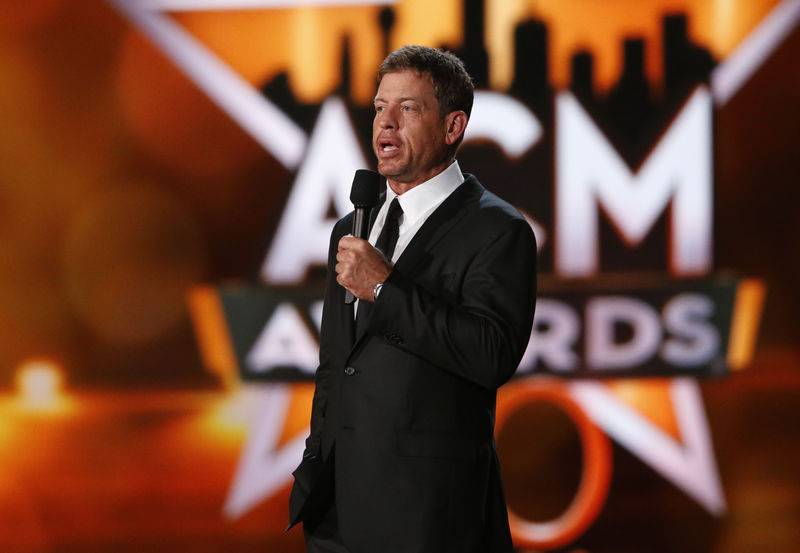 © Reuters. Former Dallas Cowboys quarterback Aikman introduces a performance by Jackson at the 50th Annual Academy of Country Music Awards in Arlington