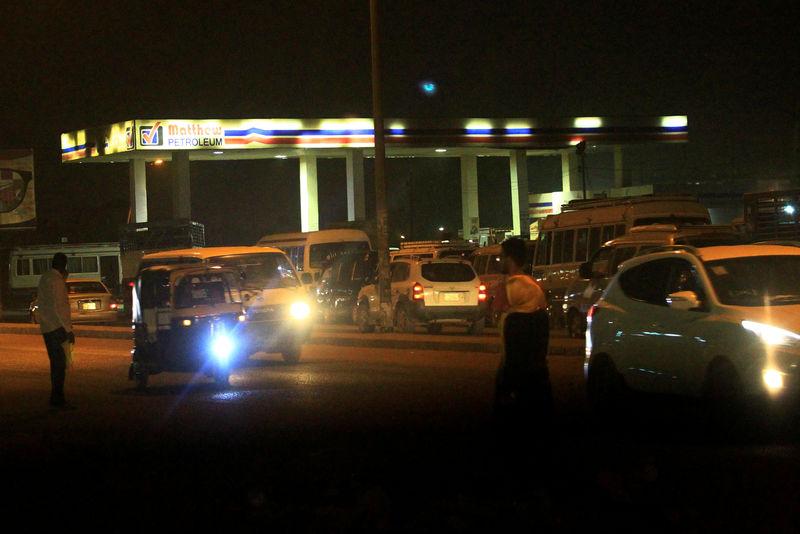 © Reuters. FILE PHOTO: Motorists queue to fuel from Matthew Petroleum station in Khartoum