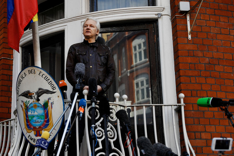 © Reuters. WikiLeaks founder Julian Assange is seen on the balcony of the Ecuadorian Embassy in London