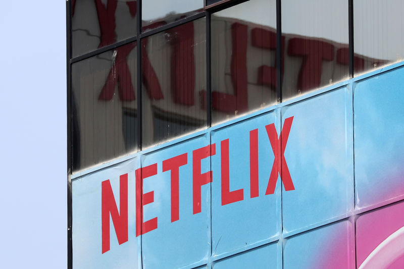 © Reuters. FILE PHOTO - The Netflix logo is seen on their office in Hollywood, Los Angeles