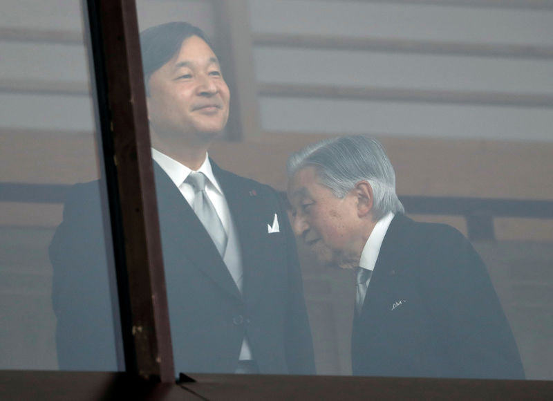 © Reuters. Japan's Emperor Akihito walks behind Crown Prince Naruhito after greeting well-wishers who gathered at the Imperial Palace to mark Emepror's 85th birthday in Tokyo