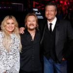 Kelly Clarkson Stuns In Black & White Dress On 'The Voice' Finale