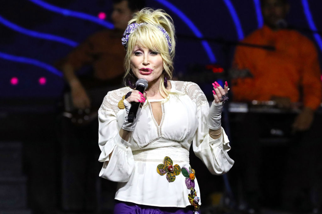 A Country Christmas Story.Dolly Parton Slates Christmas At Dollywood Holiday Movie